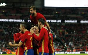 Los jugadores de España celebrando el gol de Isco