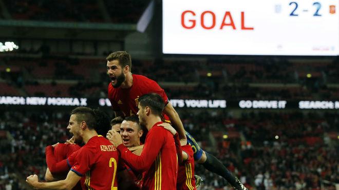 Los jugadores españoles celebran el gol logrado en el minuto 90