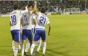 Edu García celebra su primer gol con sus compañeros.