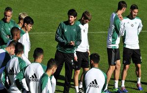 Víctor, rodeado de sus jugadores.