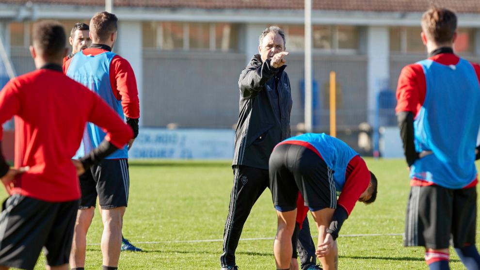 Caparrós da instrucciones a los jugadores en un entrenamiento.