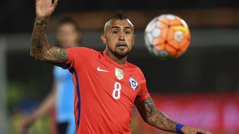 Arturo Vidal controla un balón durante el encuentro ante Uruguay