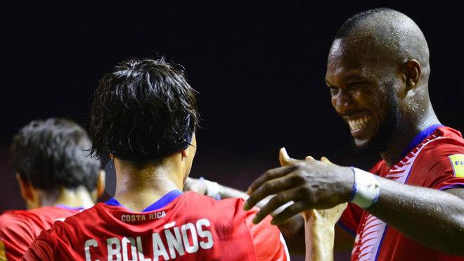 Bolaños, felicitado tras su gol a Estados Unidos.