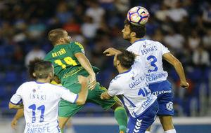 Balón disputado entre jugadores del Tenerife y Cádiz.