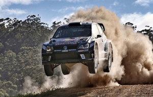 Ogier volando en un rasante con su Polo R WRC
