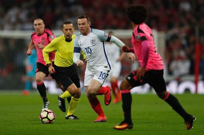 Rooney conduce el balón durante el Inglaterra - Escocia