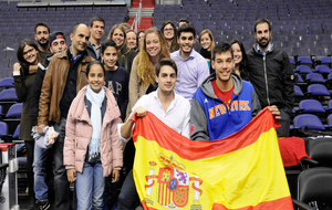 Willy Hernangómez con los aficionados españoles en la Spanish Night...
