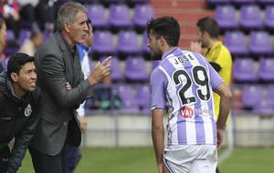 Herrera da instrucciones a Jose durante un partido.