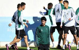 Víctor Sánchez, en un entrenamiento del Betis.