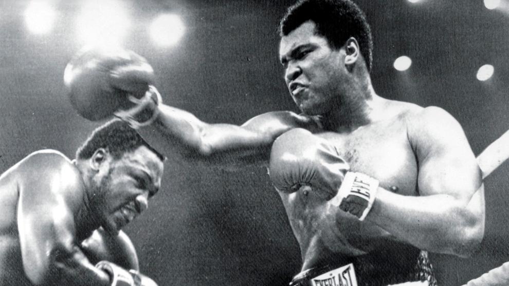 Muhammad Ali ante Joe Frazier durante el mítico Thrilla in Manila de...