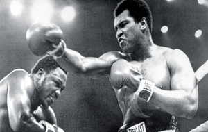 Muhammad Ali ante Joe Frazier durante el m�tico 'Thrilla in...