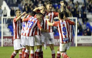 Los jugadores del Girona celebran el gol de Longo.