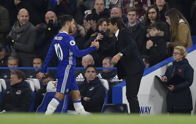 Conte saluda a Hazard tras ser sustituido en un encuentro
