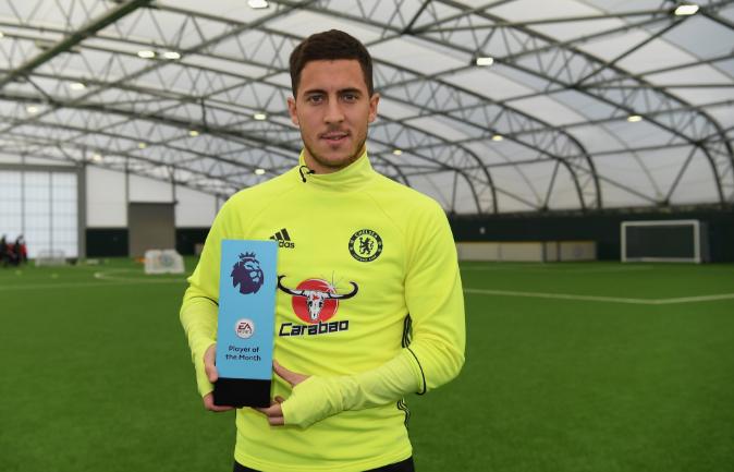 Hazard posa con el premio a mejor jugador del mes
