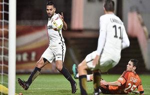 Radamel Falcao mira el balón en la jugada de su gol ante el Lorient.