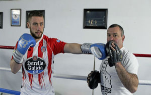 Alberto Pi�eiro 'Pi�a' posa con su entrenador.