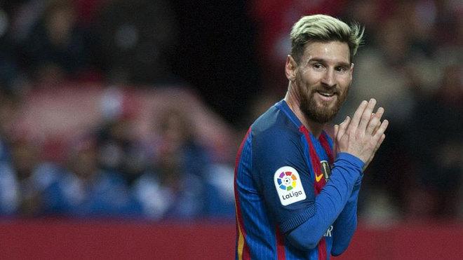 Messi se lamenta durante un partido.
