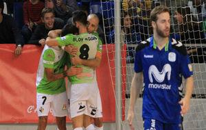 Los jugadores del Palma Futsal se abrazan, ante la decepción de Pola.