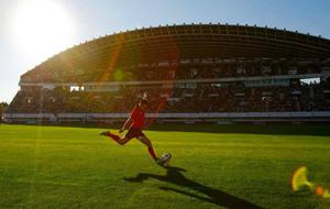 Brad Linklater golpea a palos durante el partido en Málaga