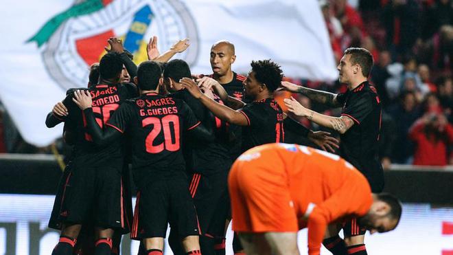 Los jugadores del Benfica, celebrando uno de sus goles al Marítimo.