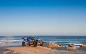 Ogier y su Polo R WRC bordeando una playa del Mar de Tasmania.