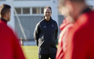 Caparrós sonriente durante un entrenamiento con Osasuna