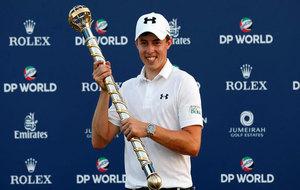 Matthew Fitzpatrick luce el trofeo como ganador del Torneo de Dubai
