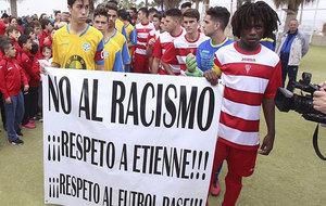 Etienne porta una pancarta junto a otro jugador contra el racismo.