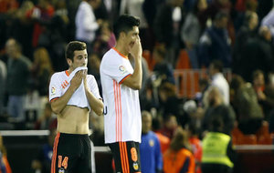 Enzo Pérez (30) y Gayá (21) se lamentan durante el partido ante el...