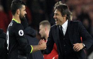 Conte felicita a Costa tras el partido.