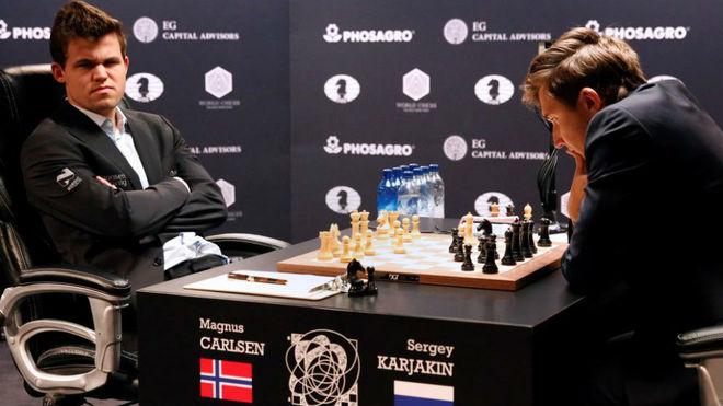 El noruego Carlsen y el ruso Karjakin, durante una partida