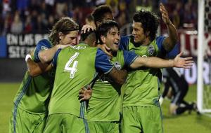 Los jugadores del Seattle Sounders celebran un gol.