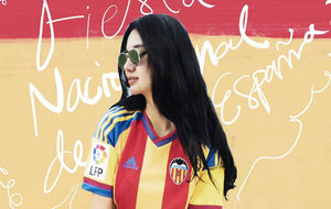 Kim Lim, hija de Peter Lim, posa con la camiseta del Valencia en su...