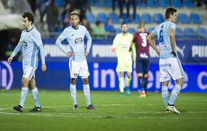 Los jugadores del Celta cabizbajos tras encajar un gol del Eibar