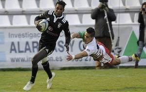 Jean Yves Zebango se marcha del intento de placaje de un jugador de...