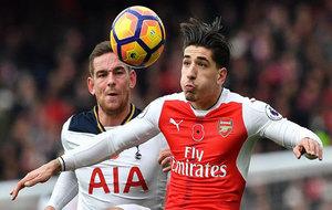 Bellerín intenta controlar el balón durante el Arsenal-Tottenham.