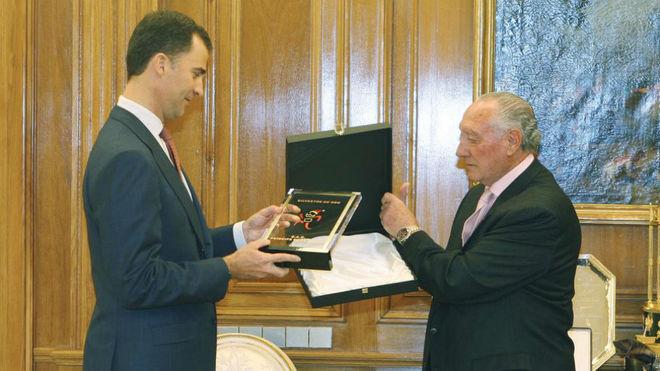 El Rey Felipe VI, con Antonio Sabugueiro, fundador de la carrera, en...