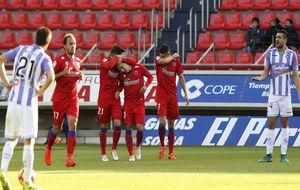 Michel y Álex Pérez se lamentan mientras los jugadores del Numancia...