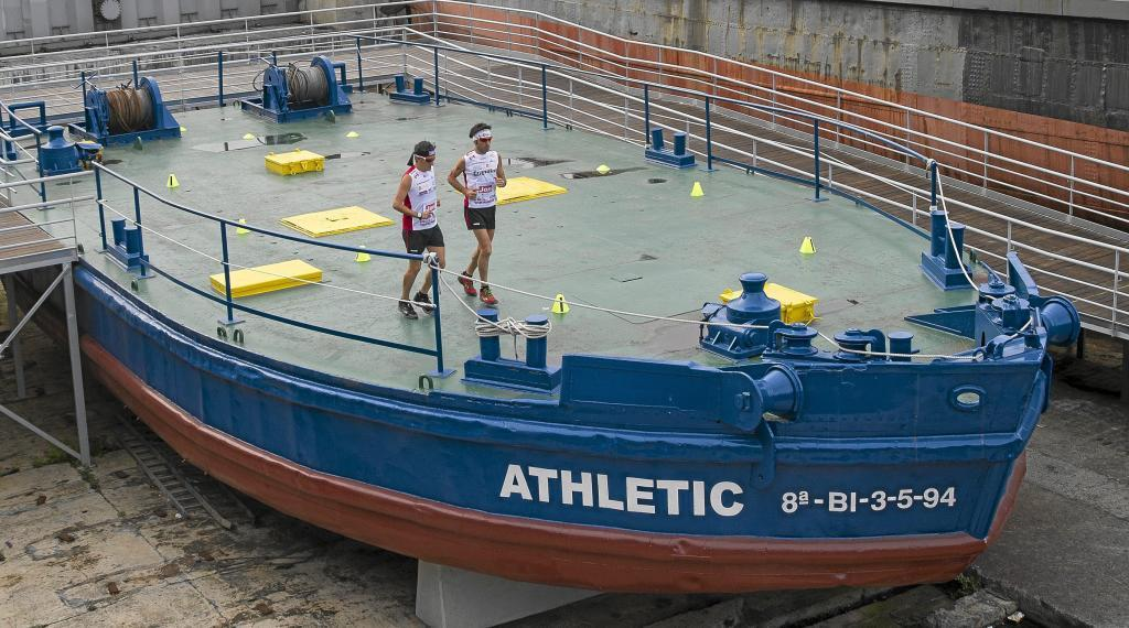 Javier Conde y Jon Salvador haciendo el maratón en la gabarra del...