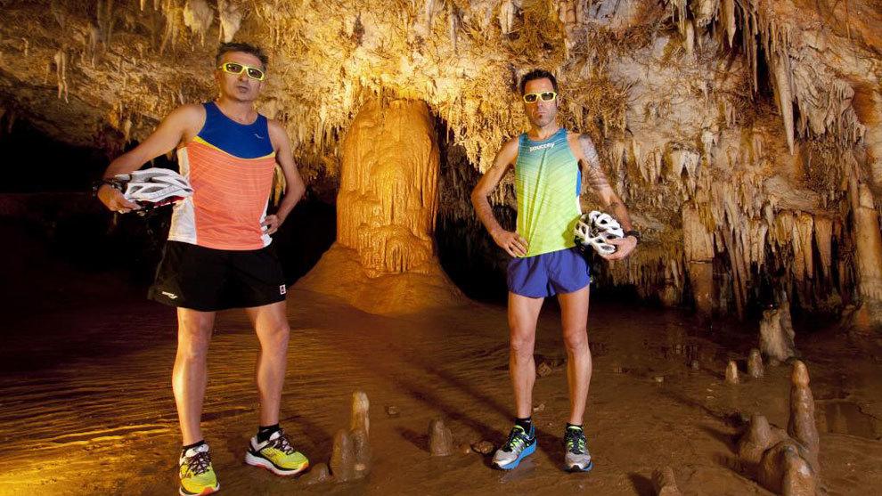 Javier Conde y Jon Salvador en el interior de la Cueva de Pozalagua...