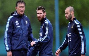 Messi, Bauza y Mascherano en un entrenamiento de Argentina.
