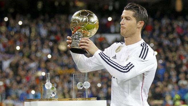 Cristiano, con el Balón de Oro en el Bernabéu.