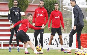 Los jugadores del Sporting hacen un ejercicio durante un entrenamiento