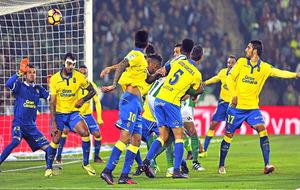 Los defensas de la UD Las Palmas observan el balón en la acción del...