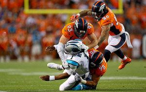 Can Newton es placado por tres rivales. Fue la jugada en la que cayó...