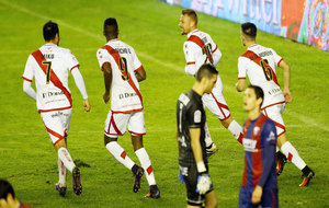 Los jugadores del Rayo Vallecano celebran el tanto de Ebert frente al...