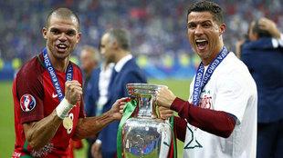 Cristiano y Pepe celebran juntos la consecución de la Eurocopa de...