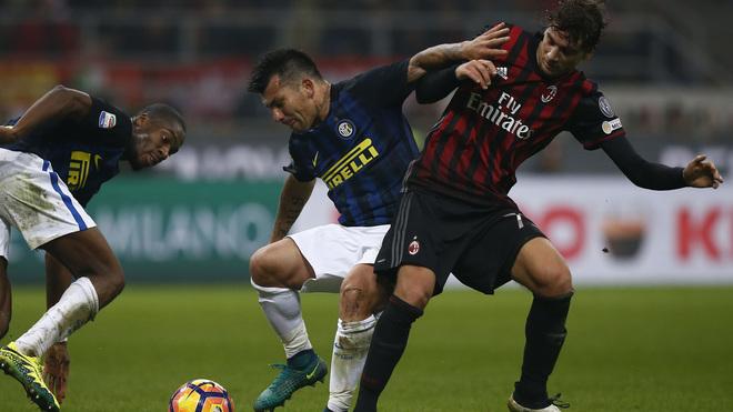 Medel pugna por el balón en el derbi de Milán.