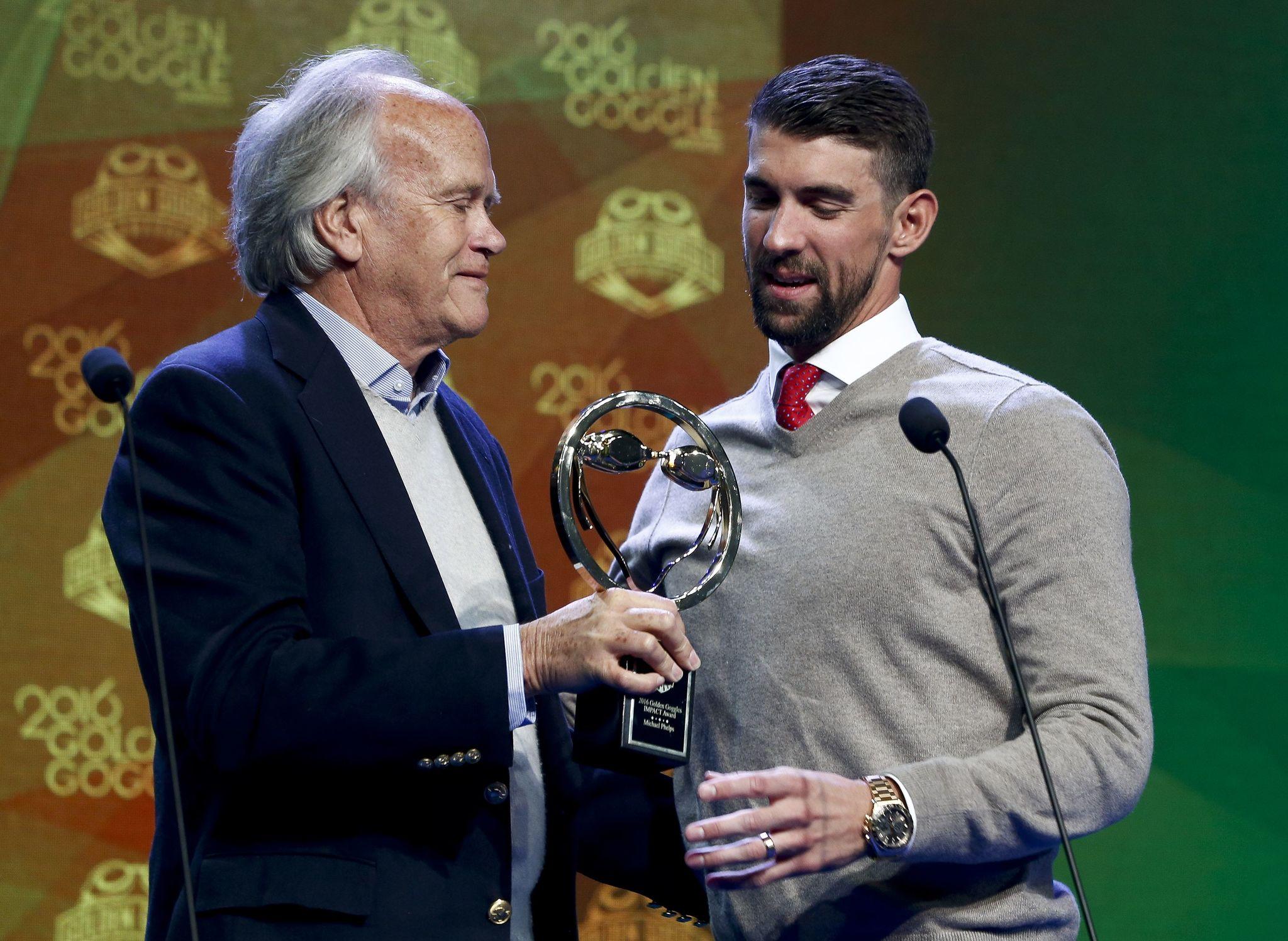 Michael Phelps, recibiendo uno de los cuatro galardones que ganó en...
