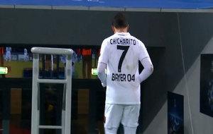 Chicharito se marcha al vestuario tras ser sustituido.